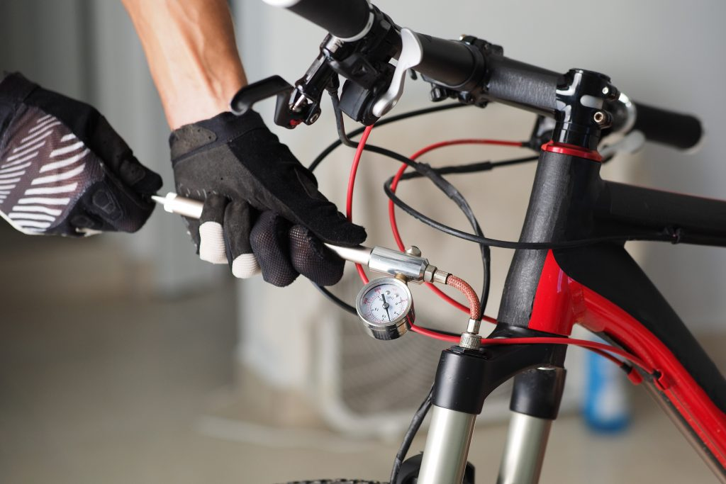 Ajuste de suspensiones de bicicleta.